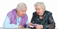 Two Grandma is counting Russian money. - КПРФ